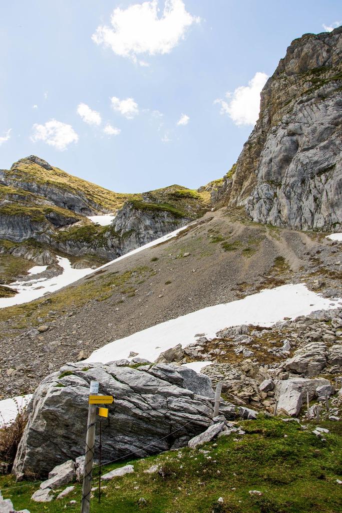 chemin rocailleux à la montagne