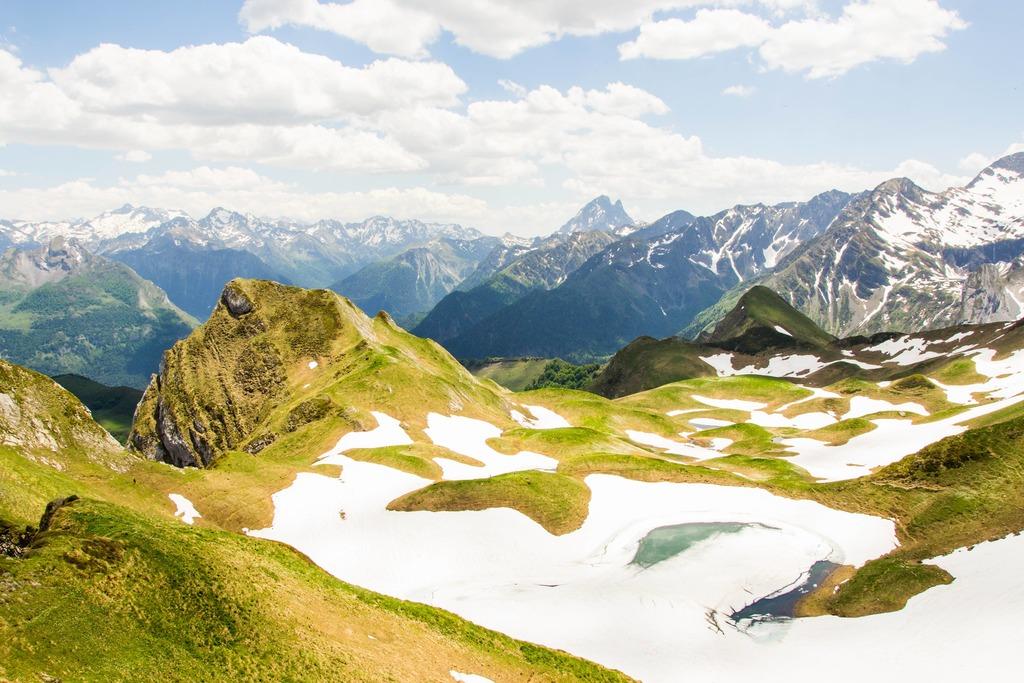 panorama montagnes et lac gelé