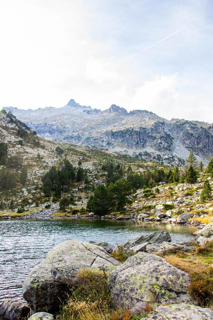 lac avec vue sur montagne