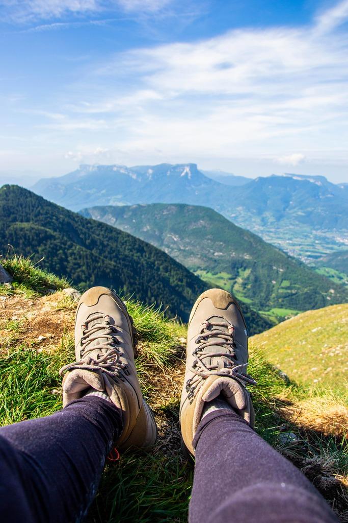 chaussures de randonnée face aux montagnes