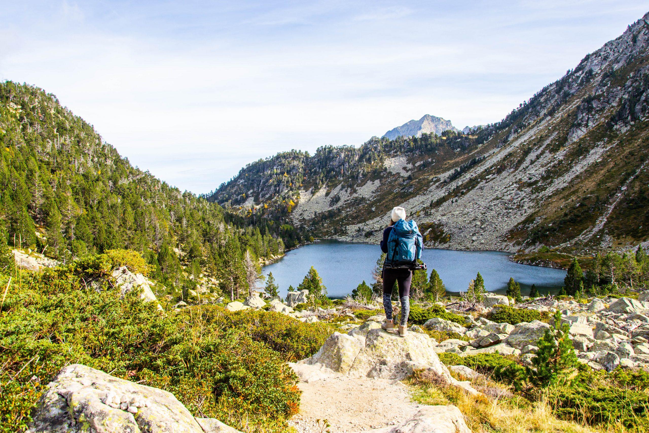 randonneur devant lac de montagne