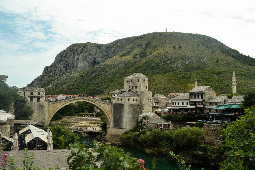 pont mostar avec montagne en fond