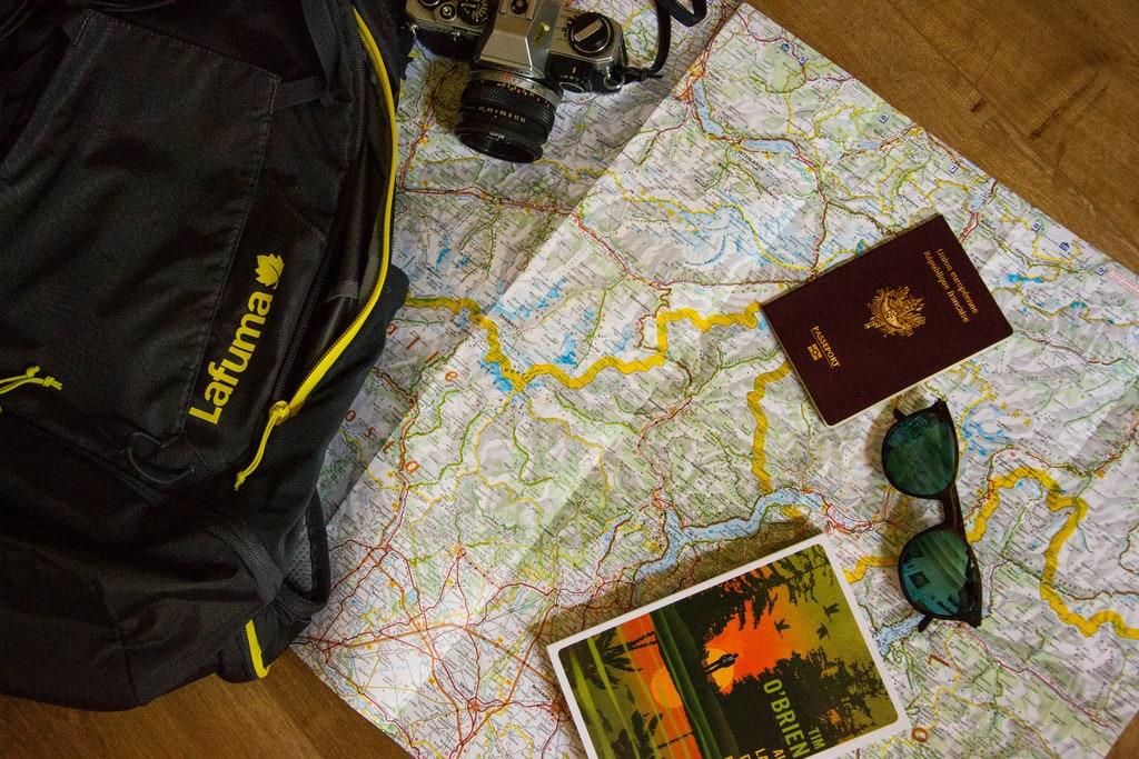 carte routière avec passeport livre et lunettes
