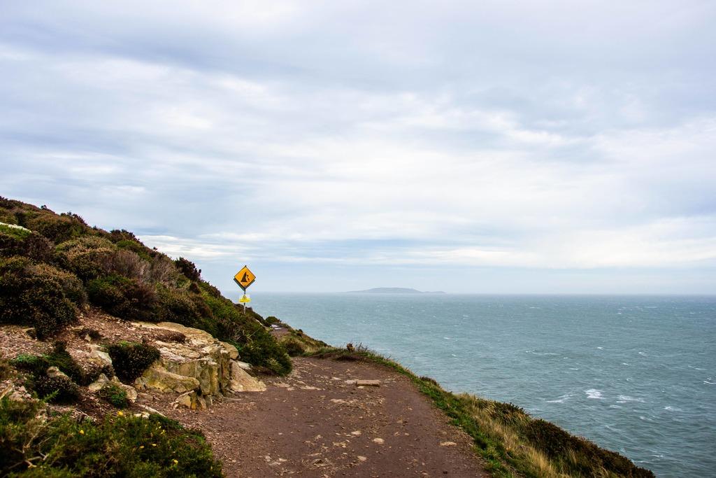 sentier côtier face à la mer