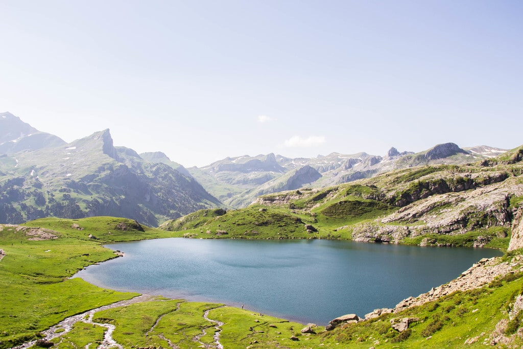 vue plongeante sur lac avec montagnes