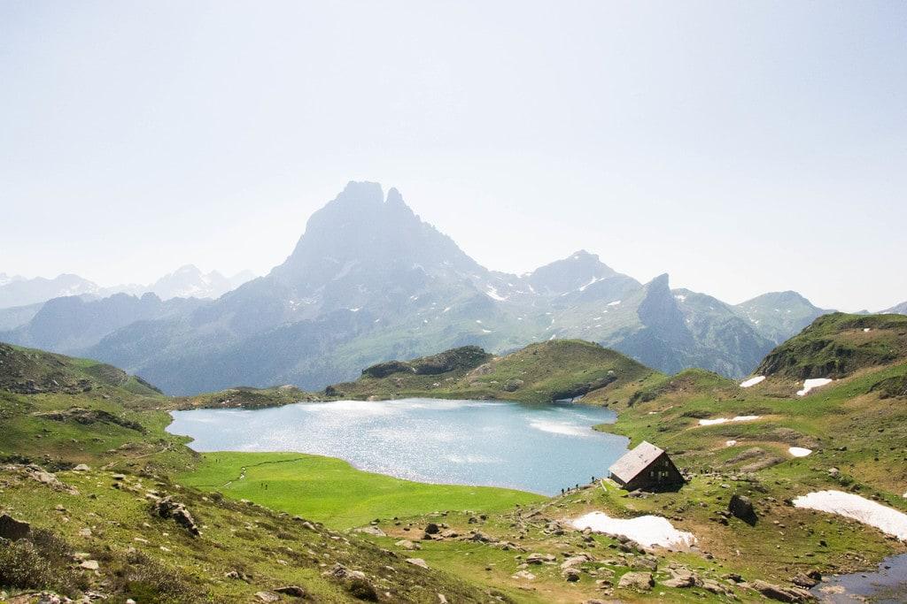 lac de montagne avec refuge et pic du midi