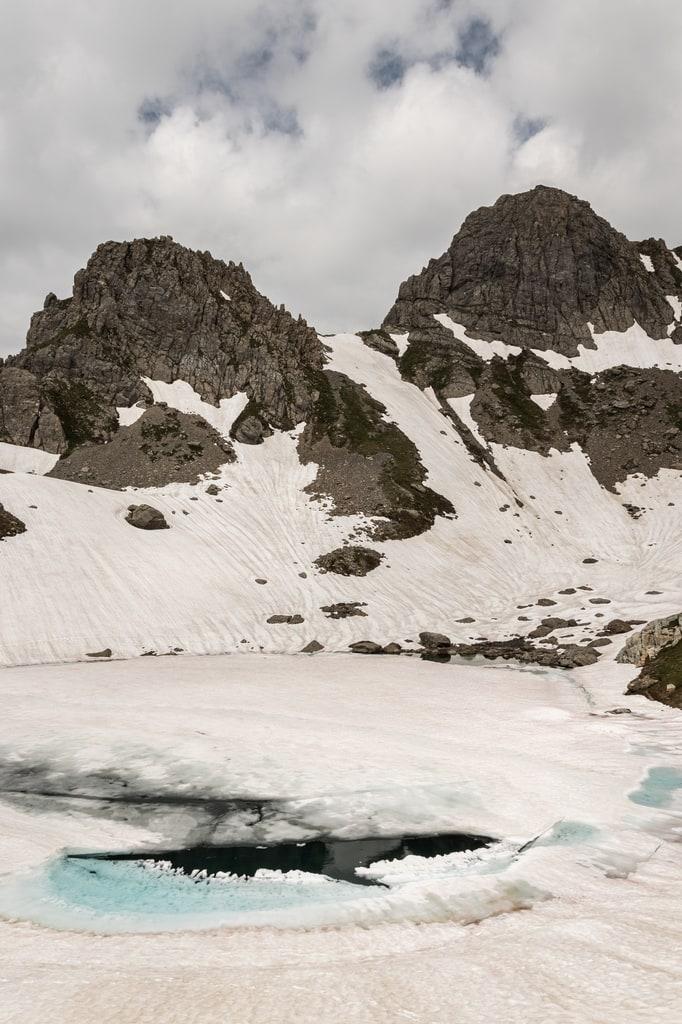 lac glacé avec montagnes