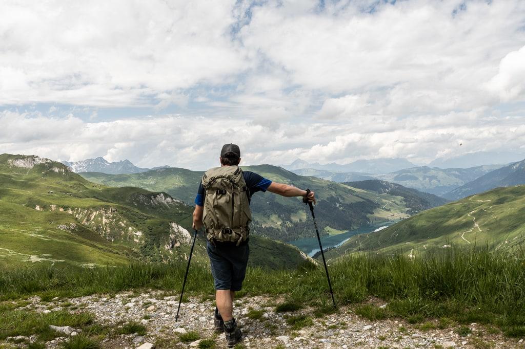 randonneur devant panorama montagne
