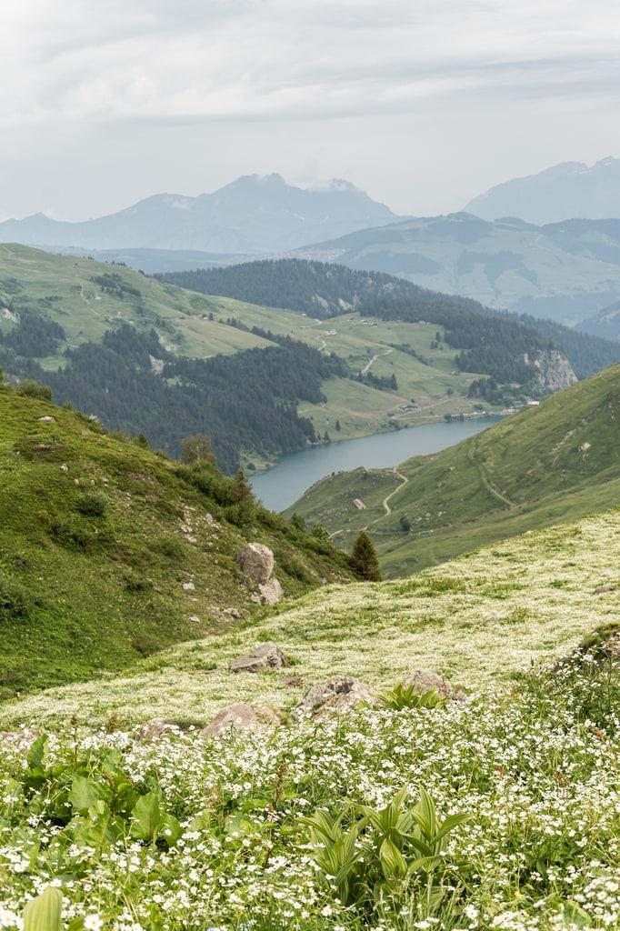 lac en contre bas montagne