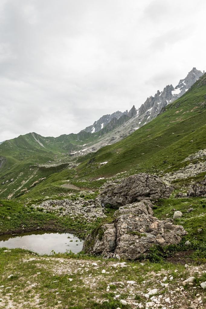 laquet et montagnes en fond