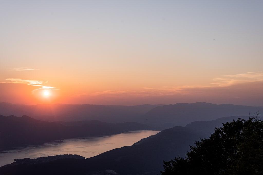 soleil couchant montagne lac