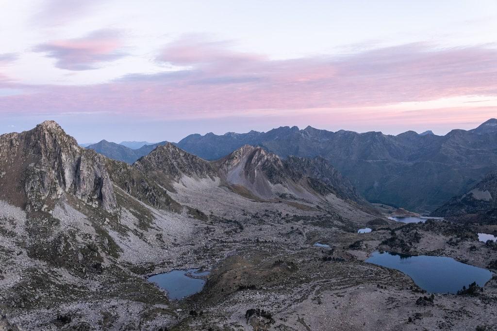 sommets et lacs rosés matin