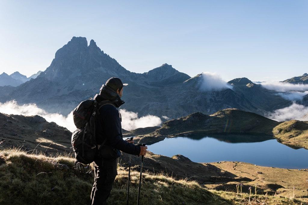 randonneur devant lac montagne
