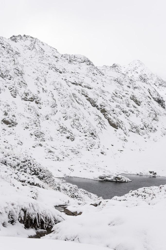 montagne et lac enneigé