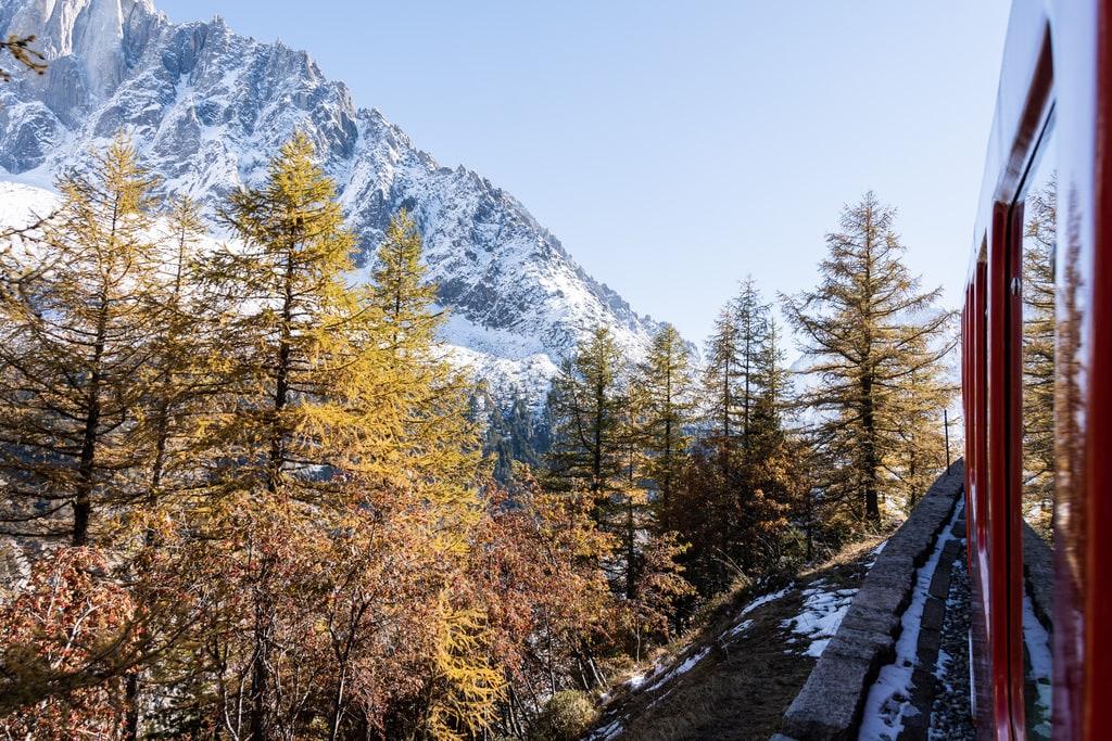 vue fenêtre train sur montagne