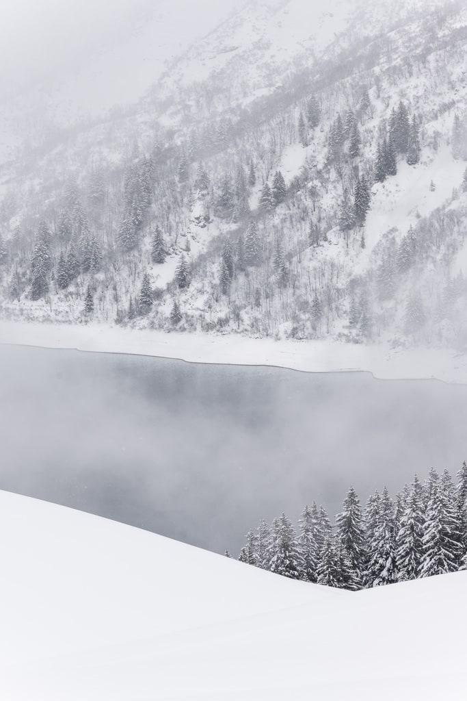 lac gelé entouré de neige
