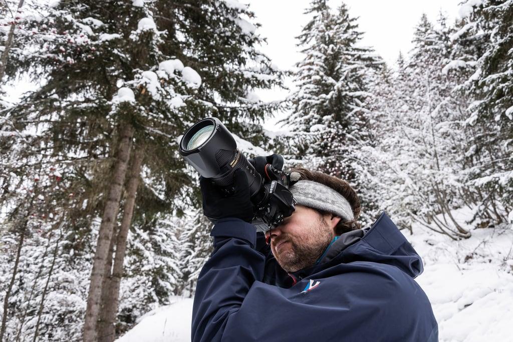 photographe en forêt sous la neige