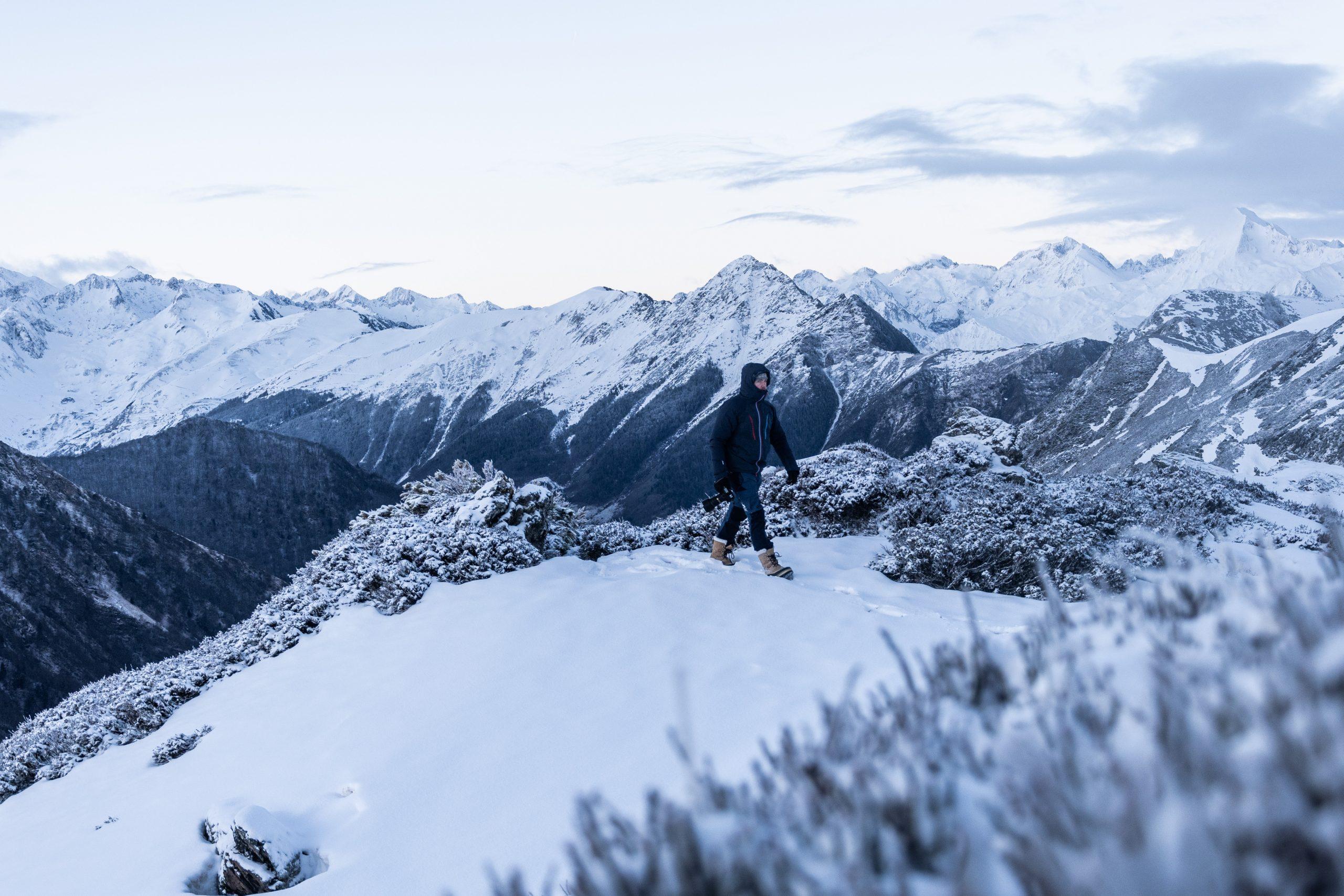 randonneur face montagnes