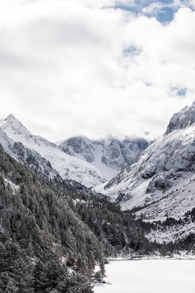 lac gelé et montagne