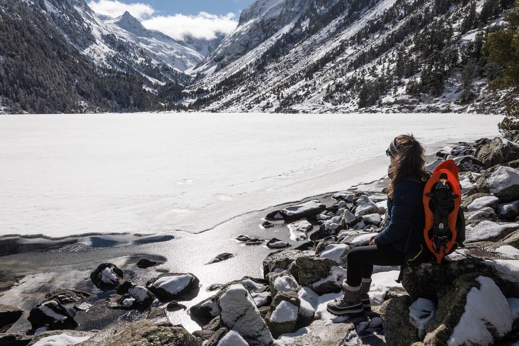 randonneur devant lac gelé