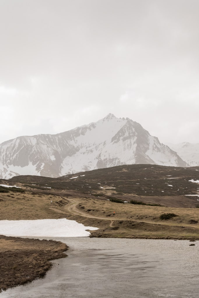 lac avec montagne