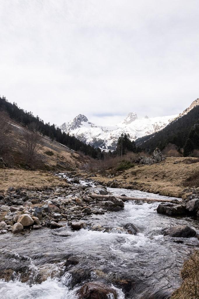 rivière avec montagnes