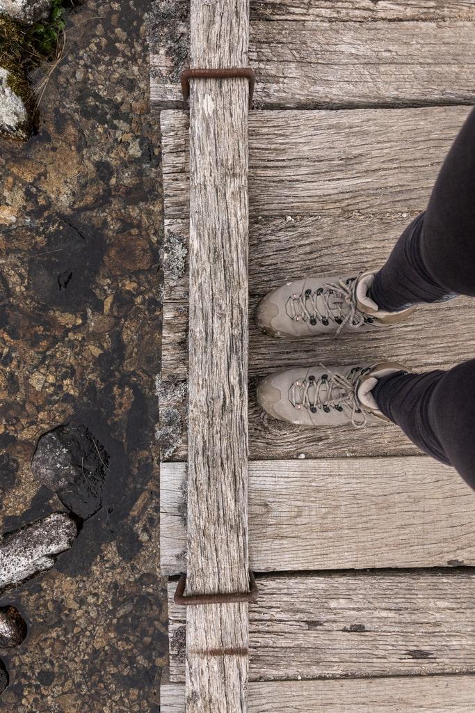 chaussures de randonnée sur pont