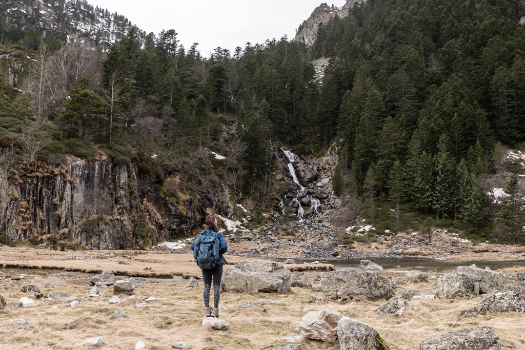 randonneur devant cascade