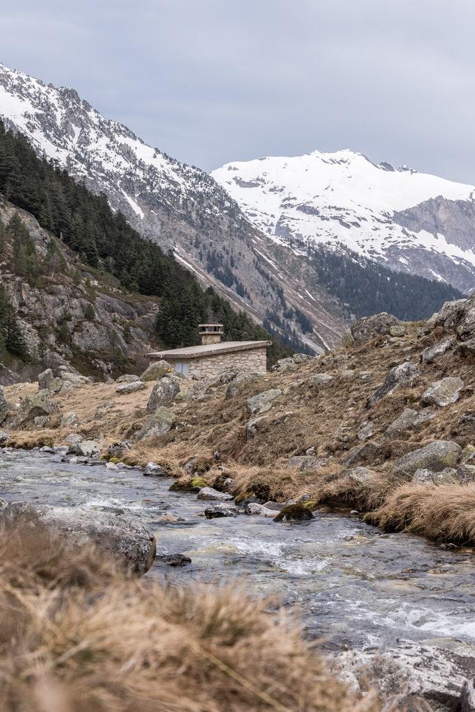 refuge devant ruisseau