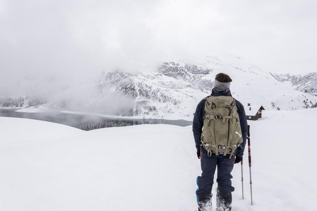 skieur face à un lac