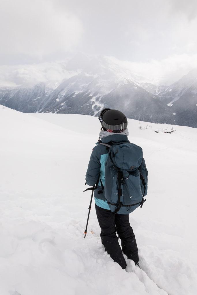 skieuse face aux montagnes