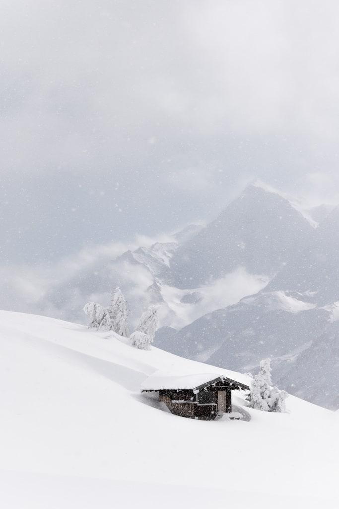 cabane face aux montagnes