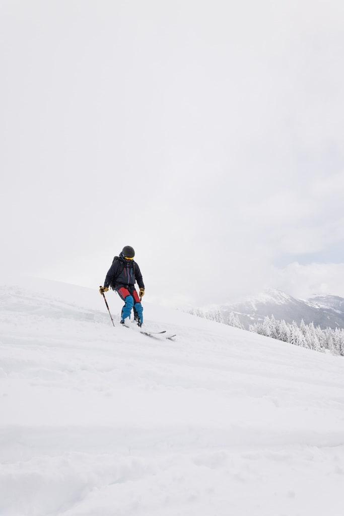 descente en ski dans la poudreuse