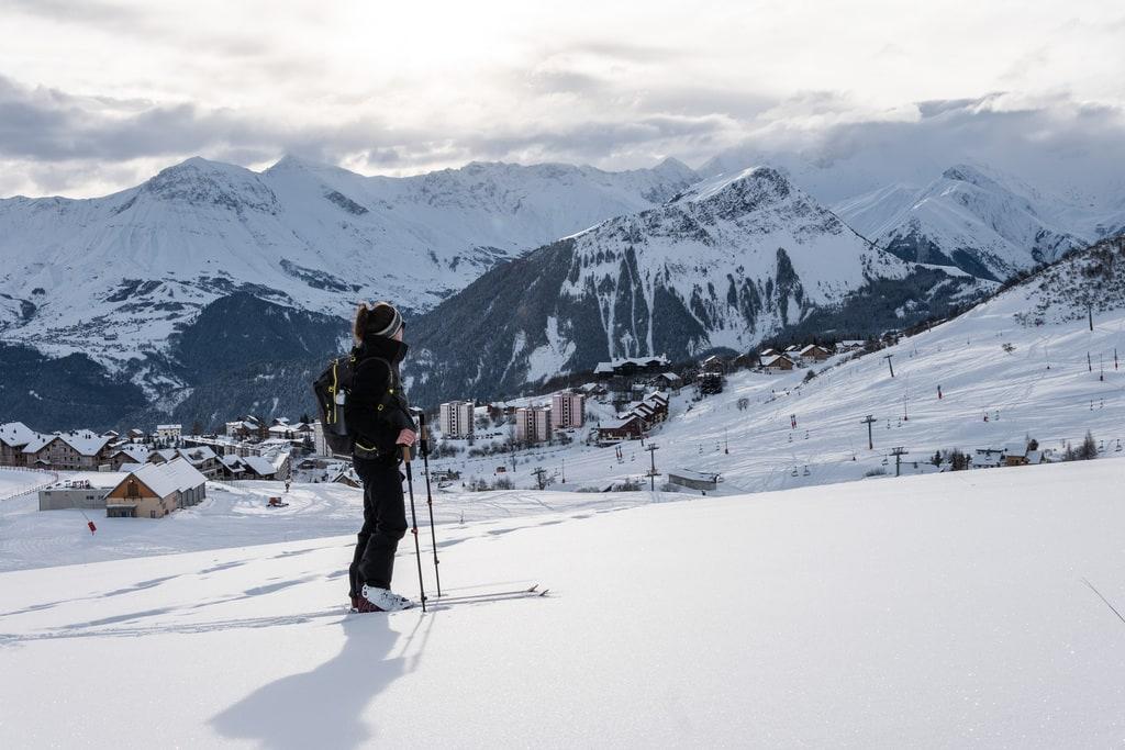 ski de rando face aux montagnes