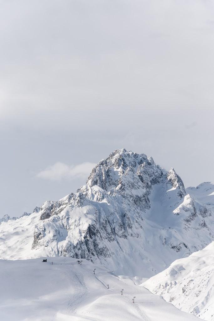 sommet d'une montagne enneigée