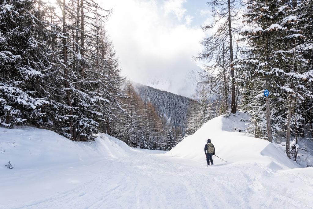 skieur qui descend une piste