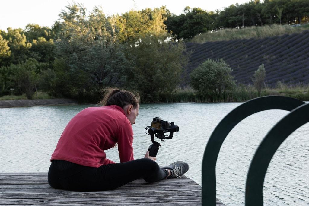 photographe devant lac