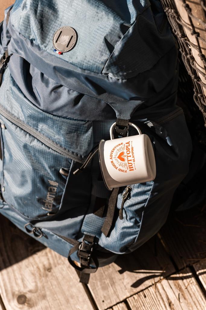 sac de randonnée et mug