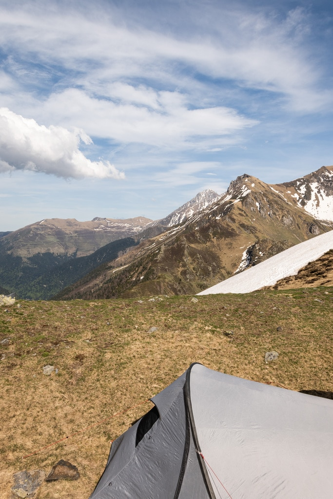 tente face aux montagnes