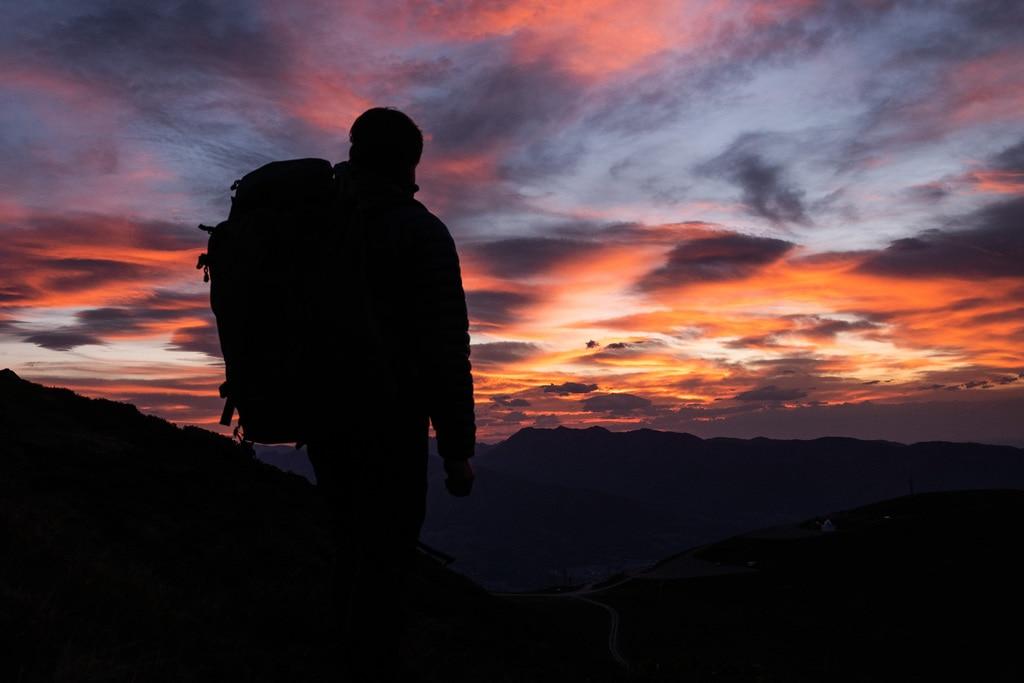 randonneur devant coucher de soleil