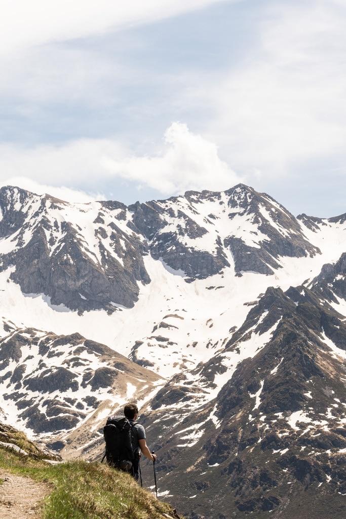 randonneur devant montagne