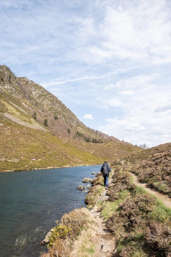 randonneur le long d'un lac