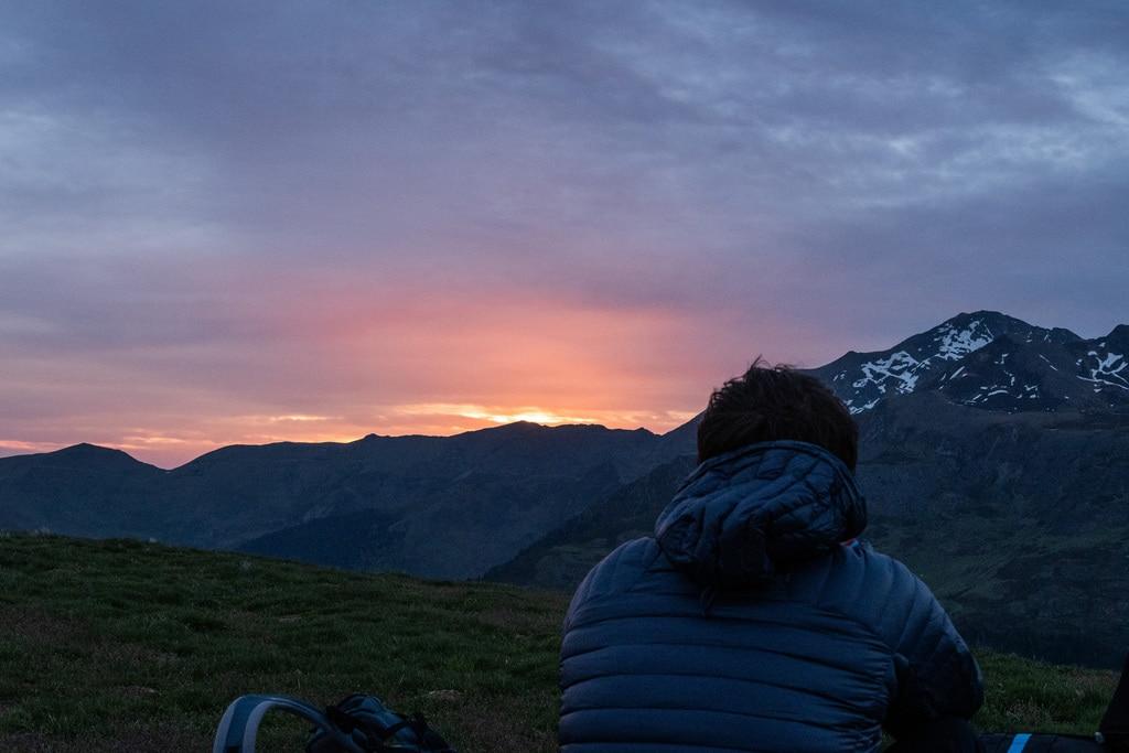 randonneur devant lever de soleil