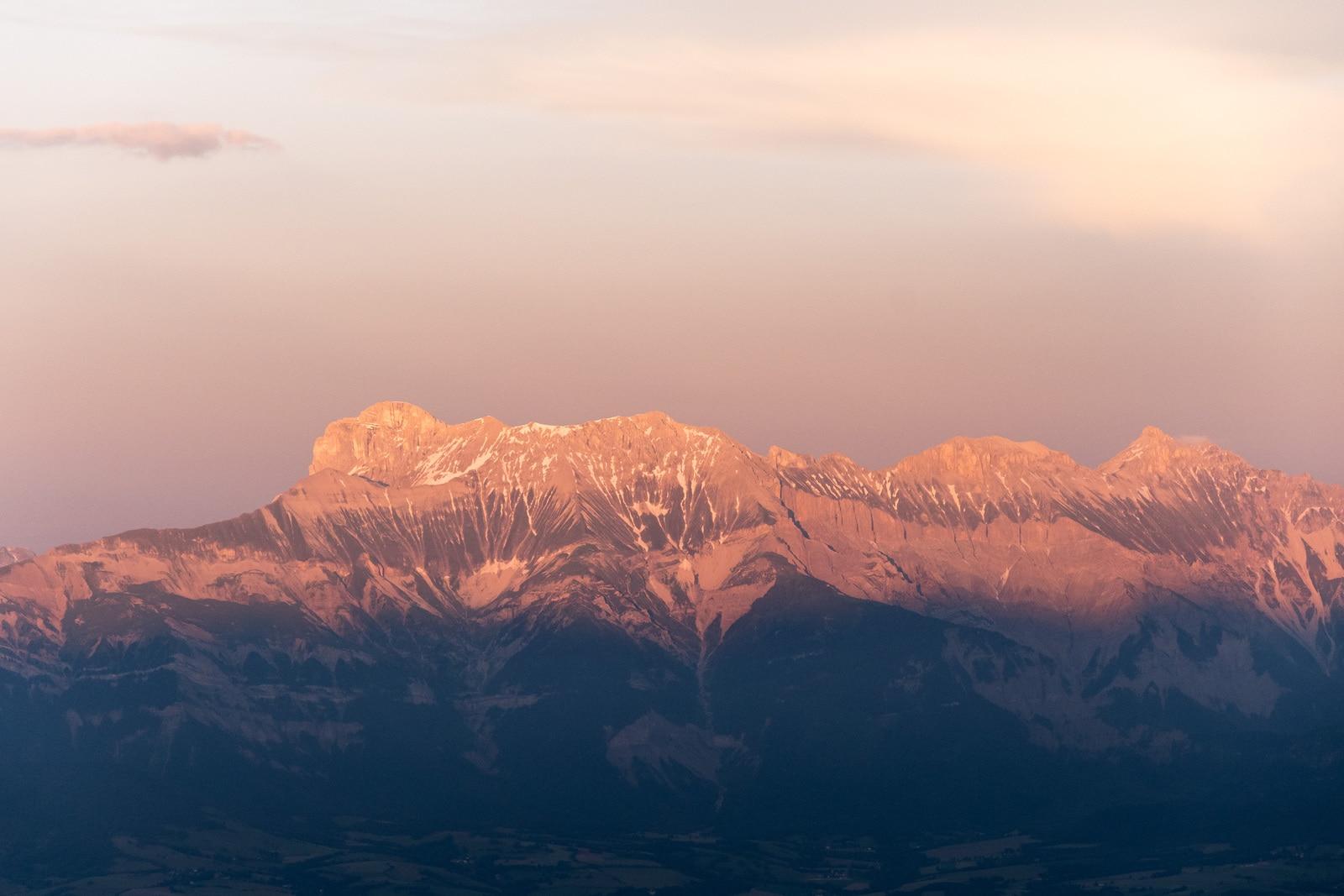 montagnes roses sous le soleil couchant