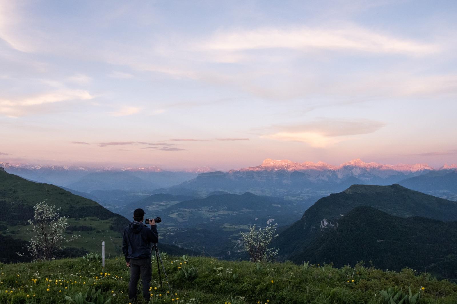 photographe devant montagnes