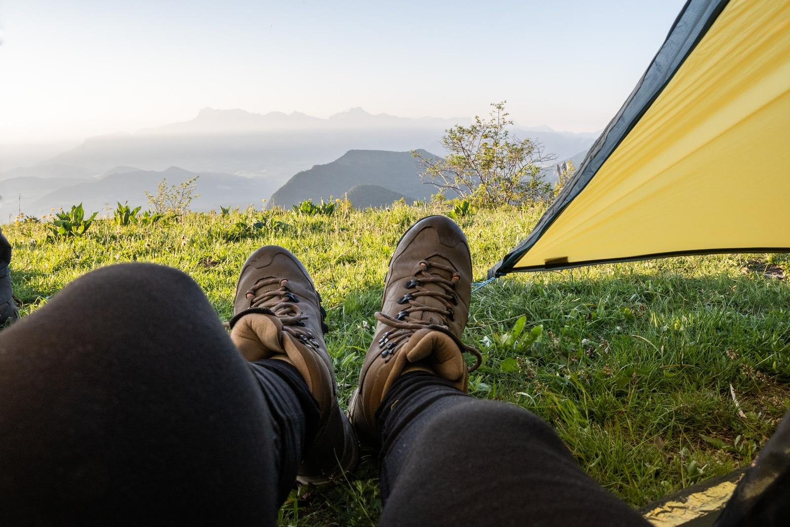 chaussures de randonnée devant tente