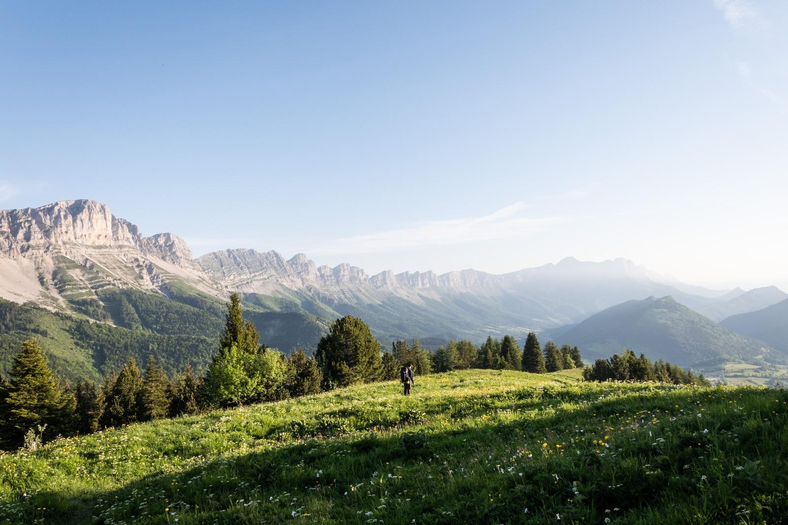 randonneur devant montagnes