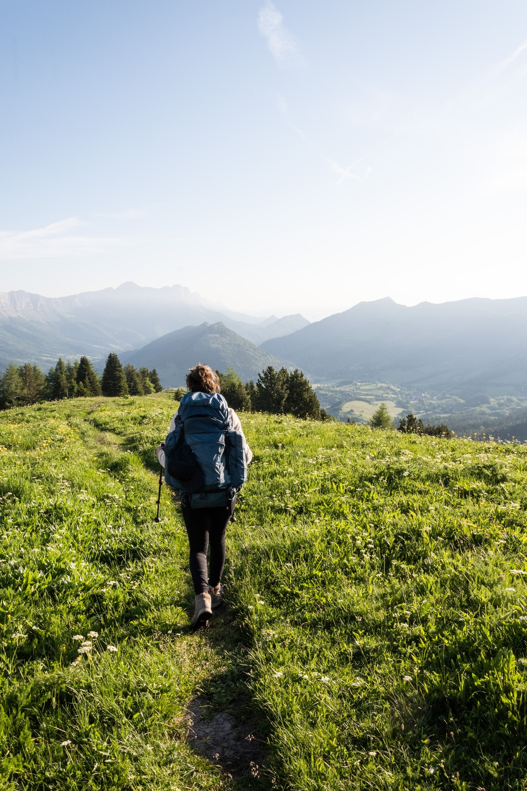 randonneur sur sentier de montagne