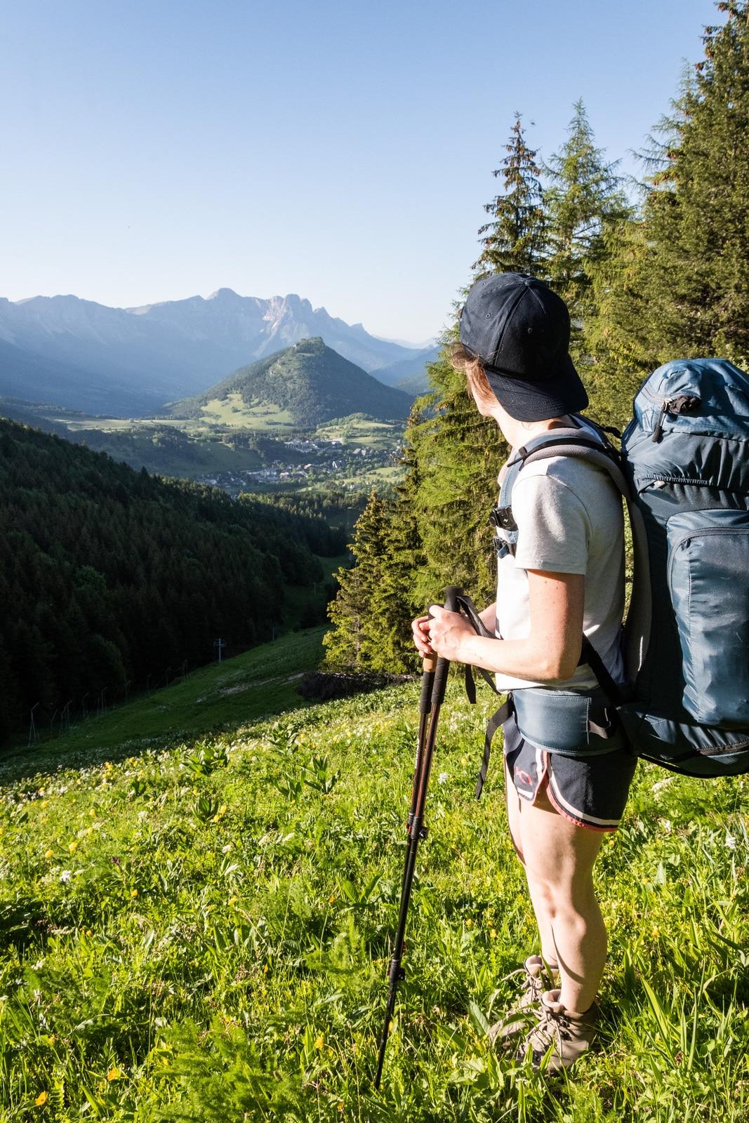 randonneur devant panorama montagnes