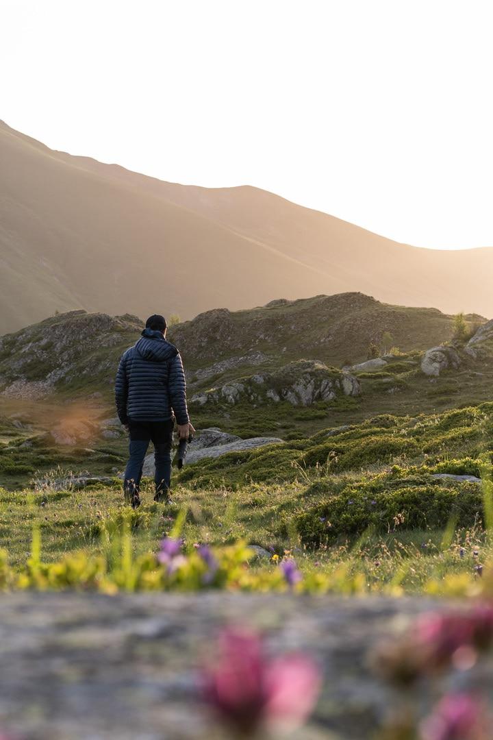 photographe qui marche vers le lever du soleil